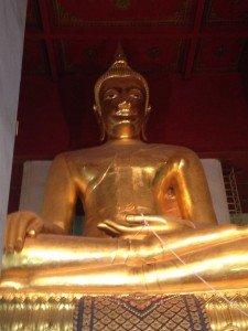 Statue de Bouddha de 17m au Wat Phra Mongkhon Bophit